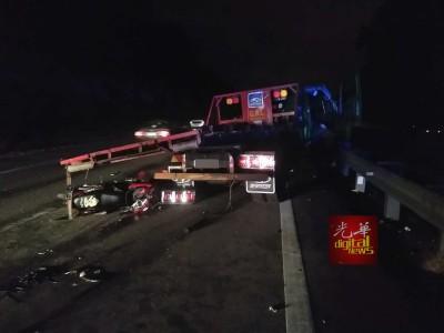 汽车运输车为闪避路上的障碍物,导致车上的跑车掉落引发连环车祸,其中也包括一辆摩托车。