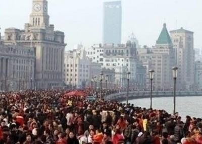 上海黄浦江边挤满游客。