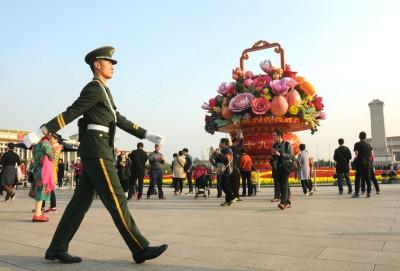为迎接十九大,北京按照节俭务实的原则,仅在重要地点如天安门广场摆放花坛。
