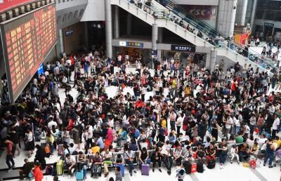 重庆北站候车大厅挤满候车人潮。(新华社照片)