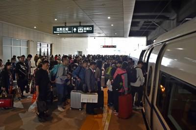 旅客在沈阳北站排队上车。(新华社照片)