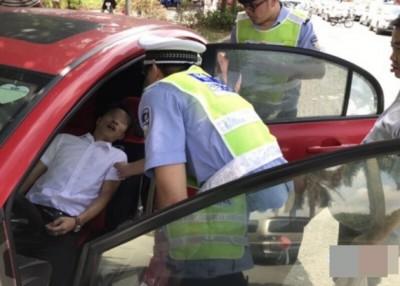 涉事司机在路上昏倒,惊动警方破窗救人。