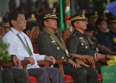 马拉维反恐总指挥包蒂斯塔(中)日前擢升陆军司令,迪泰特(左)出席观看交接仪式。(法新社照片)