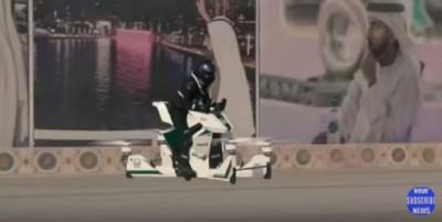 测试员驾驶一架印出阿联酋警察标志的飞天摩哆,造型类似大型无人机。