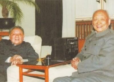 邓小平(左)与邓垦(右)合照。