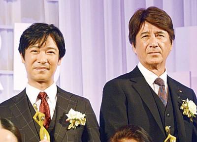 凭古装剧《真田丸》封视帝的堺雅人(左),与夺最佳男配角的草刈正雄领奖。