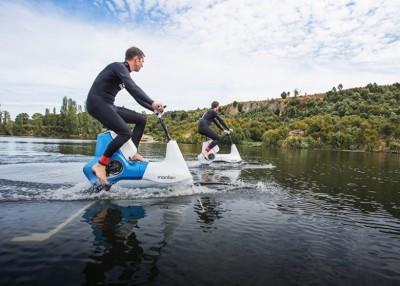 水上摩托车可以引擎启动,亦可以人力踩踏前进。