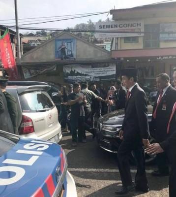 总统车队却塞在车阵中动弹不得,佐科威索性下车徒步3公里前往会场。