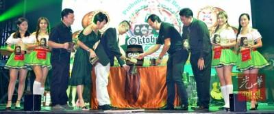 吴春锦(左5)为啤酒节主持开幕仪式。
