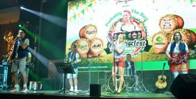 来自德国的乐队也在现场伴奏。
