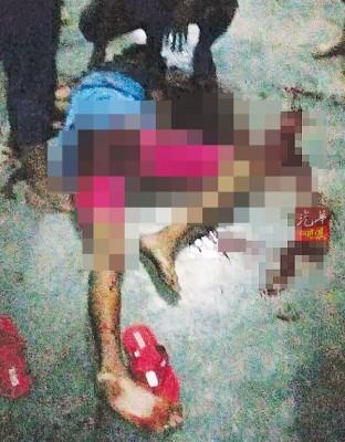 少年惨遭围殴,身体和头部多处受重伤,倒在地上。