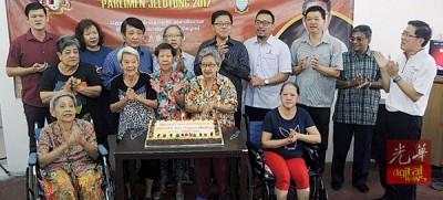 黄泉安等与病老院老人共庆生日。