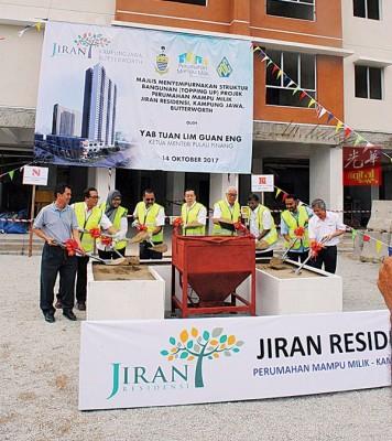 林冠英在行政议员、州议员及地方官员及嘉宾等的陪同下,为JIRAN RESIDENSI主持盖顶仪式,后方为接近完成的建筑工程。