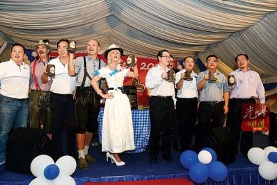 林冠英(右4)与众嘉宾干杯欢庆Octoberfest,右起黄伟益、黄汉伟、罗兴强、DR.Achim(左2起)、林荣华及马克吴刚等人。