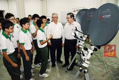 槟州电波望远镜先驱计划推介仪式,右为林冠英与陈景祥。