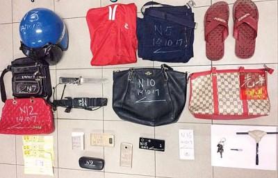 警方起获不少证物,包括手提袋、31厘米长的刀、典当单、手机、墨镜、充电器等。