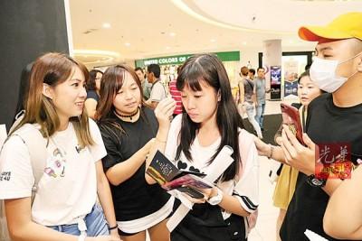 陈苑怡和陈洁怡前几天开始排队,不忿在首卖会现场被工作人员无理对待,不禁掉泪。