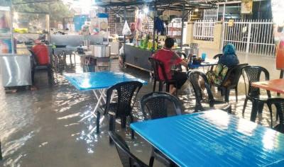 日得拉沙央园小贩商面对淹水困扰。