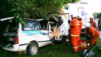 警方怀疑该载冰罗里司机超速,才会失控撞向客货车,造成此悲剧。