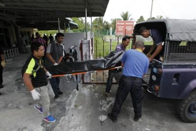 30余岁女死者遗体被警方送往太平间解剖。