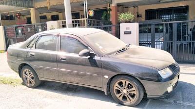 民众在早上发现汽车表面都是一层灰尘。
