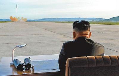 朝鲜领导人金正恩先前观看发射火星-12型飞弹情况。
