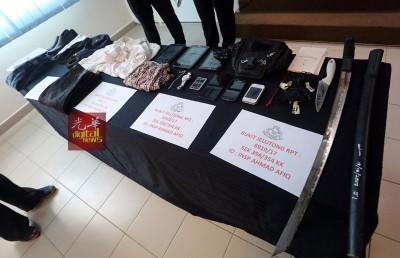 警方展示在嫌犯住家起获的贼赃和干案用具。