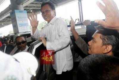 沙菲益接获传召,从都门搭机抵达亚庇国际机场,向支持者挥手示意。