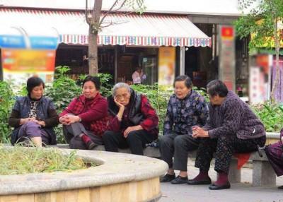 """郑功成代表,预测到2035年中国将进入""""越老龄社会""""。"""