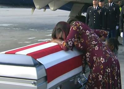 约翰逊遗孀哭伏在丈夫的棺木上。(法新社照片)