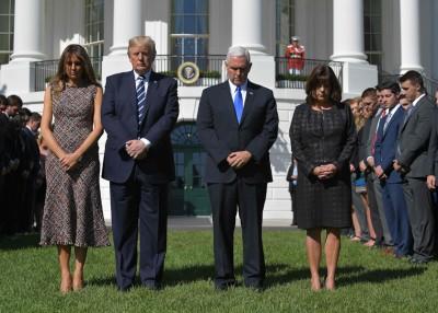特朗普夫妇(左一和误二)以及彭斯夫妻(右一与右二)共悼念枪击案死难者。(法新社照片)