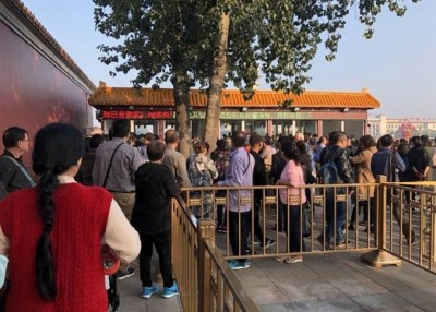 进入天安门前的安检最为严格,安检门附近挤满排队人潮。