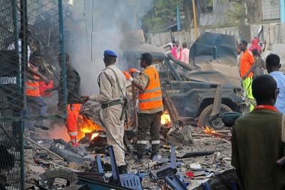 士兵视察汽车炸弹的残骸。