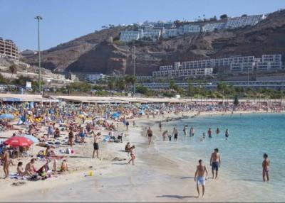 女在大加那利岛中多口强暴。