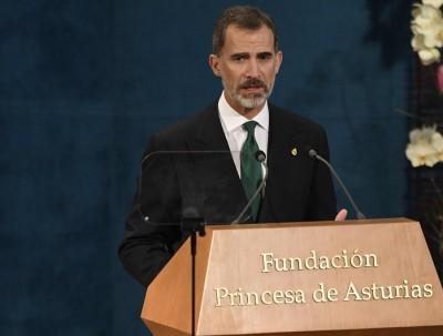 费利佩六世在阿斯图里亚斯女亲王奖颁奖礼上表示每个人都必须遵守宪法及国会民主原则。(法新社照片)