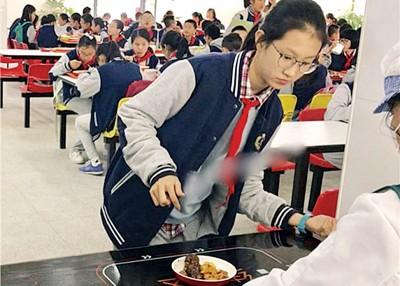 该校学生每人获派一只智能手环,具备到饭堂付款买饭等功能。