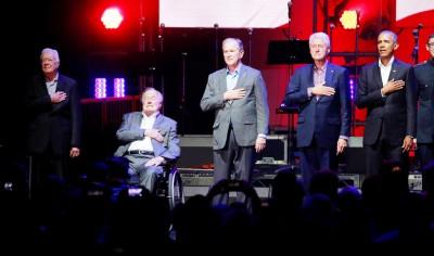 卡特(左起)、老布什、布什、克林顿与欧巴马,星期六同到慈善募款活动。