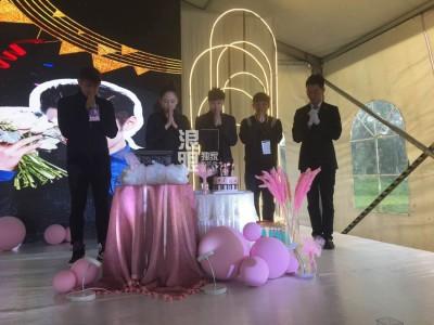 陈乔恩(左二)出席乔任梁的追思会。