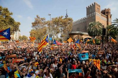 加泰隆尼亚会周五揭晓自治区脱离西班牙独立后,聚拢在巴塞罗那的人流欢呼。(法新社照片)