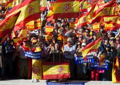 反对加泰独立的示威者挥舞西班牙国旗示威。