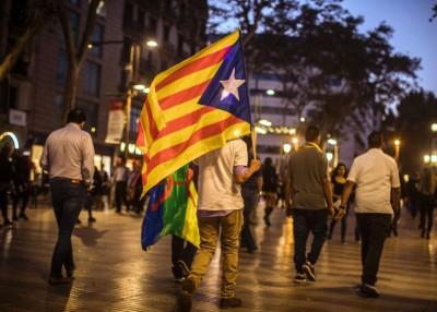 虽然中央政府启动接管加泰程序,街上依然有人手持加泰旗帜。