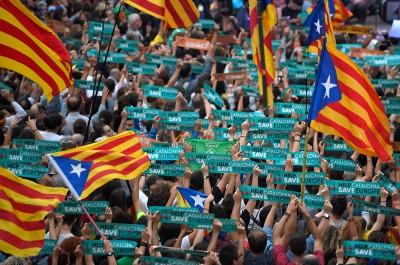 加泰隆尼亚议会周五宣布自治区脱离西班牙独立后,聚集在巴塞罗那的人群欢呼。(法新社照片)