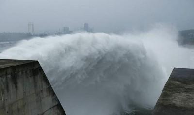 丹江口水库泄洪。