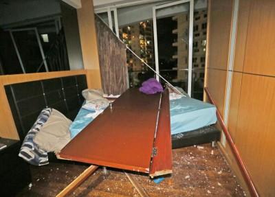 浴室门被炸飞,甚至将双人床推向阳台。