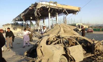 """""""塔利班""""每当警察培中心附近引爆2这部载满炸弹的汽车。"""