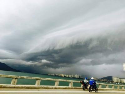 槟大桥上出现乌云堆积天空,形状特别成奇景,令人惊叹。