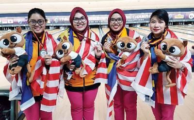 (左起)应阿美拉、努力阿米拉、宪章藤和诺拉莱娜显得联手获得的保龄球亚青赛女团银牌。