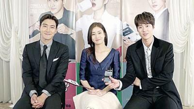崔始源(左起)与姜素拉、孔明为主演韩剧《卞赫的爱情》宣传。