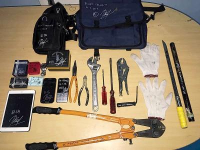 一名男子周二下午在柔府再也花园爆窃住家遭居民围捕。图为警方从中起获多个疑用来犯案的工具。