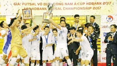 泰国球员欣喜捧起东南亚室内足球赛冠军。